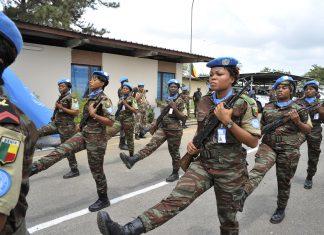 Crédit photo : parade pour honorer le service du 15e contingent de Casques bleus béninois dans l'ONUCI (UN Photo/Hien Macline/2012)